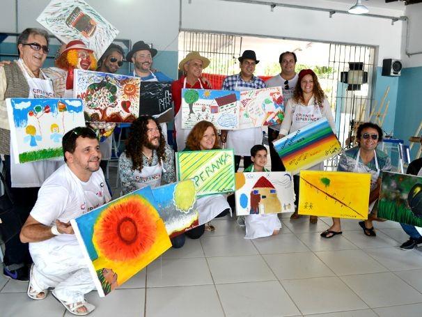 Aula de pintura com artistas locais teve como tema a Infância e a Esperança (Foto: Divulgação)