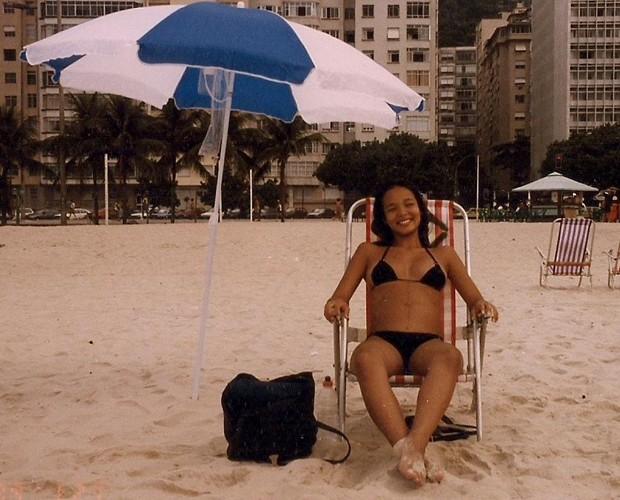 Carol, na época da gravidez, pegando uma praia (Foto: Arquivo Pessoal)
