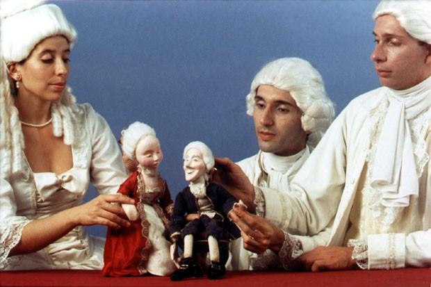 Atores e bonecos interagem e dividem o palco (Foto: José Roberto Lobato)