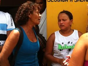 Mulher de azul é tia de Alexsandro e dona da casa usada para manter mulher em cárcere privado (Foto: Rafael Barbosa/G1)