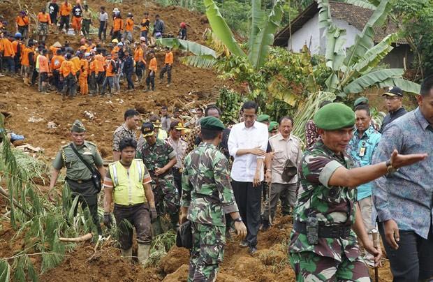 Presidente da Indonésia Joko Widodo (de branco) visita região onde deslizamento matou ao menos 32 pessoas (Foto: Reuters/Idhad Zakaria/Antara)
