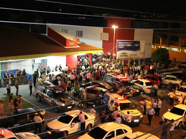 Cerca de 500 táxis fecharam a Avenida Duque de Caxias, na Zona Sul, em protesto (Foto: Frank Cunha/G1 AM)