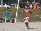 Naldo Benny e Mulher Moranguinho curtem dia de calor na praia da Barra da Tijuca, no Rio