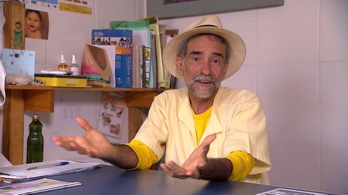 Médico Áureo Augusto estimula o uso de plantas medicinais em tratamentos (Foto: TV Bahia)