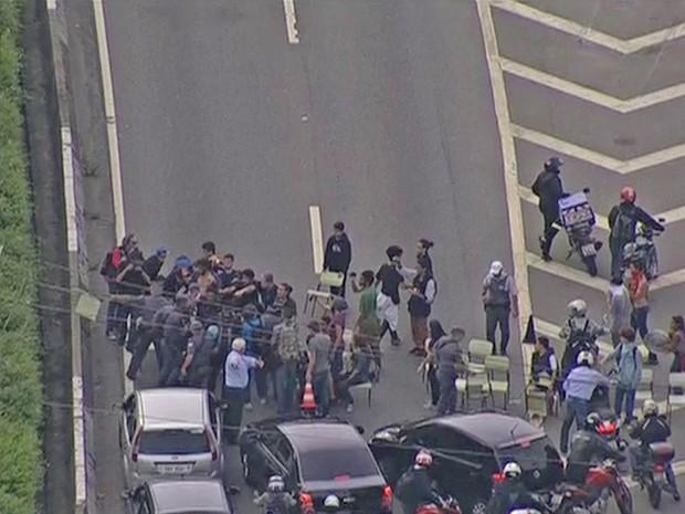 Manifestantes fecham Marginal Pinheiros em ato contra a reorganização escolar (Foto: Reprodução/ TV Globo)