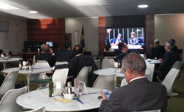 Deputados acompanham sessão do julgamento de Dilma Rousseff pela televisão no cafézinho da Câmara (Foto: Sara Curcino/G1)