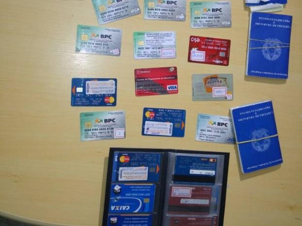 Equipe da Polícia Federal apreendeu  cartões e outros materiais falsificados, usados nas freudes contra a Previdência Social no Pará. (Foto: Divulgação/ Polícia Federal)