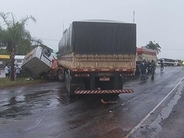 Três caminhões se envolveram no acidente, mas, ninguém ficou ferido  (Foto: reprodução/TV Tem)
