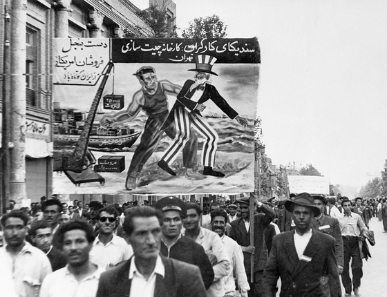 Cartaz anti-americano em protesto de 1951.Entre as demandas,estava a nacionalização da indústria petrolifera,em 1951 (Foto:  Bettmann Archive/Guetty Images)