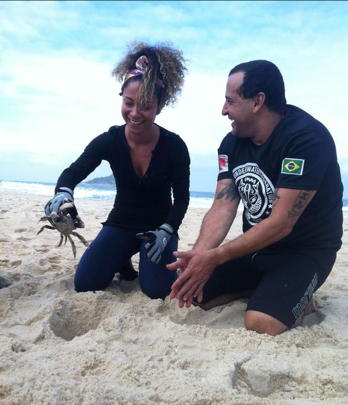 Cinara Leal pegou um caranguejo na toca e o instrutor Ricardo Guerra vibra com a aluna (Foto: Anny Ribeiro / Gshow)