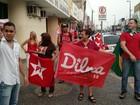 Manifestantes se reúnem em protesto contra o impeachment de Dilma