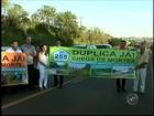 Moradores fazem carreata na rodovia Eduardo Saigh em Itaí