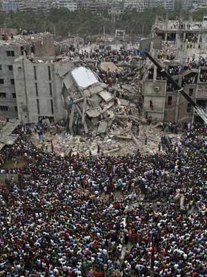Milhares assistem às operações de salvamento após desabamente de prédio em Bangladesh. (Foto: Kevin Frayer / AP Photo)