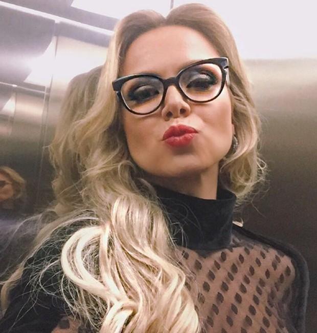 Eliana mostra foto usando óculos de grau - Quem   QUEM News 6848e1d416