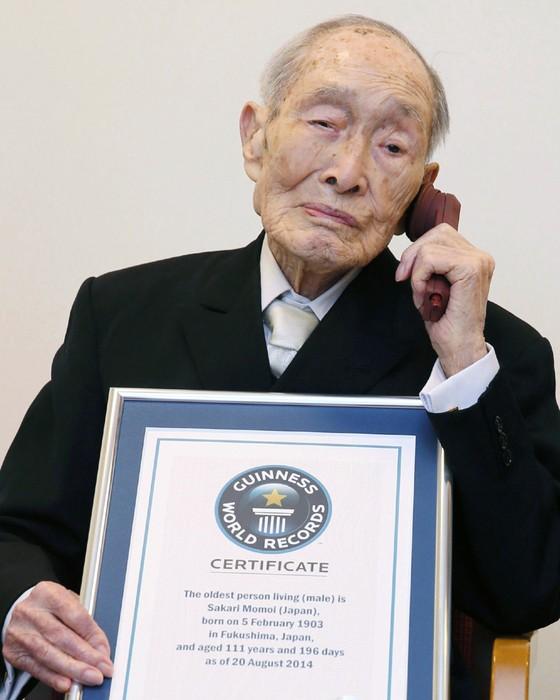Sakari Momoi tinha 112 anos e faleceu no domingo. O Guinness ainda não anunciou quem ficará com o título de mais velho do mundo (Foto: Kyodo News via AP, File)