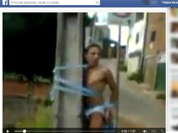 Vídeo divulgado nas redes sociais mostra rapaz amarrado em um poste. (Foto: Reprodução / Facebook)
