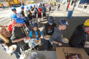 Trabalhadores americanos em hora de almoço (Foto: Wikimedia Commons)