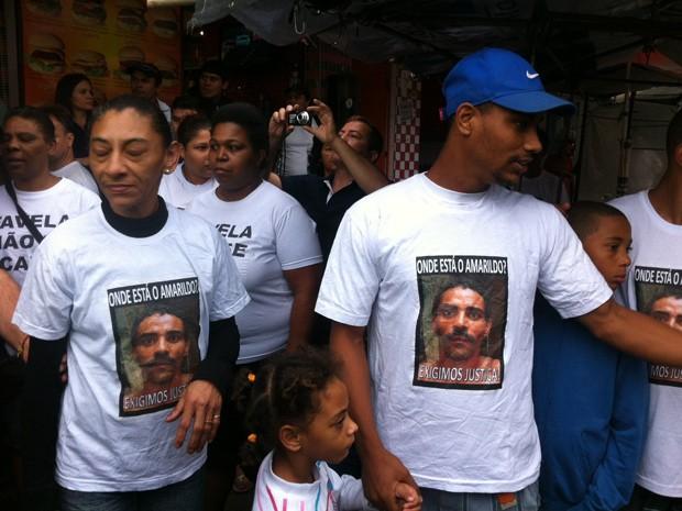 Esposa e filhos de Amarildo também participam do protesto na Rocinha  (Foto: Cristiane Cardoso/G1)