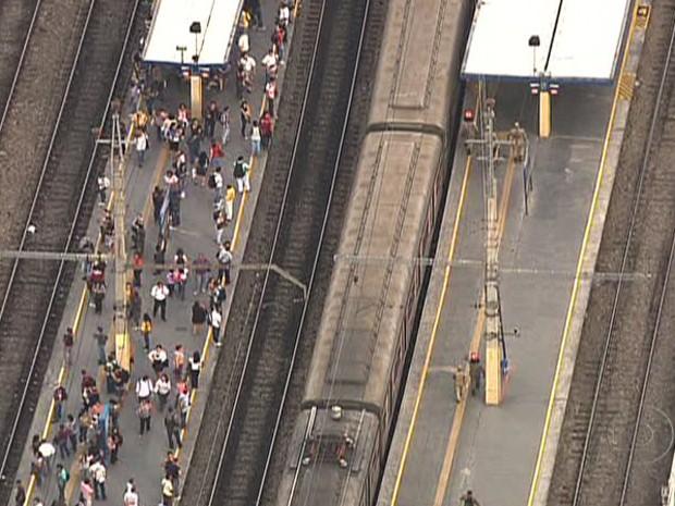 Trem descarrilou em Madureira, na manhã desta terça-feira (25) (Foto: Reprodução/TV Globo)
