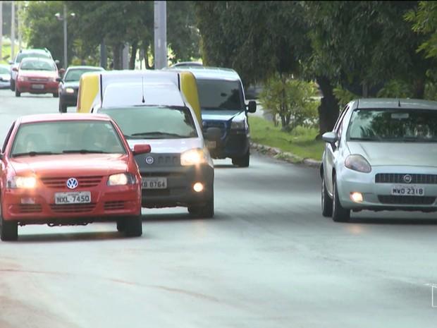Todos os motoristas devem manter os faróis acesos ao trafegarem pelas rodovias (Foto: Reprodução/TV Mirante)