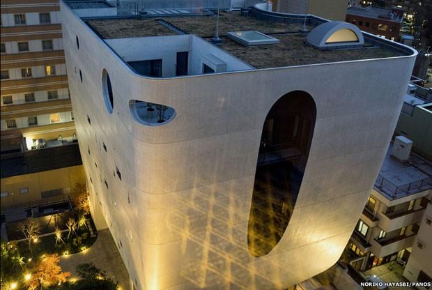 Os japoneses estão procurando alternativas para o enterro de entes queridos, como o prédio Shinjuku Rurikoin Byakurengedo, um ossário de vários andares projetado por Kiyoshi Takeyama (Foto: Noriko Hayashi/PANOS)