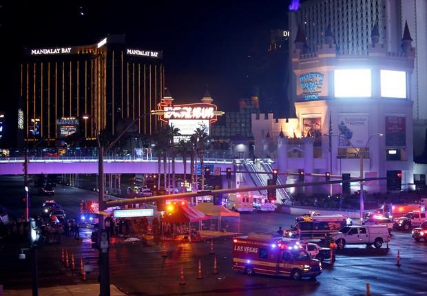 Policiais e médicos se reúnem depois de ataque em festival de música country, em Las Vegas (Foto: Steve Marcus/Las Vegas Sun/Reuters)