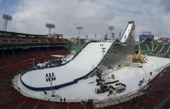 Pista de esqui gigantesca é construída dentro de estádio de beisebol