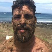 Resultado de imagem para Cauã Reymond banho de lama em Fernando de Noronha