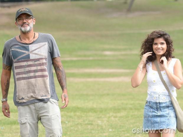Vanessa e o diretor de núcleo Rogério Gomes, o Papinha, durante a gravação (Foto: Raphael Dias/TV Globo)