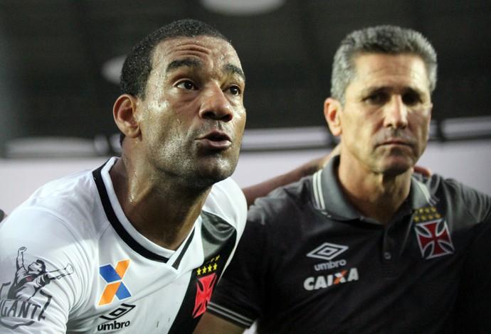 Rodrigo e Jorginho conversa grupo Vasco  (Foto: Carlos Gregório Jr/Vasco.com.br)