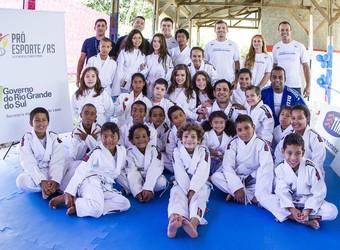 Turma de crianças do projeto em Porto Alegre (Foto: Juliano Araújo/FIJJA)