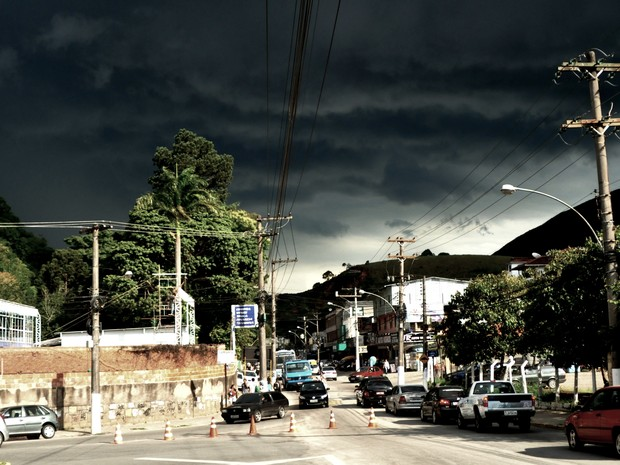 Alguns comerciantes fecharam as portas e ruas ficaram vazias em Teresópolis, RJ (Foto: Roberto Ferreira)