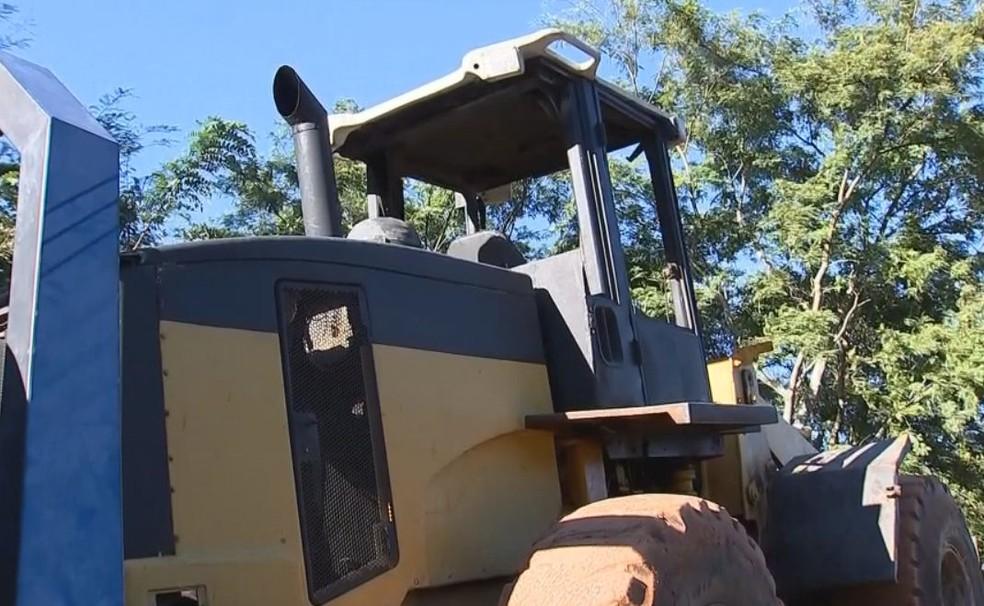 Veículo bateu em caminhão que carregava um trator  (Foto: Reprodução / TV TEM )