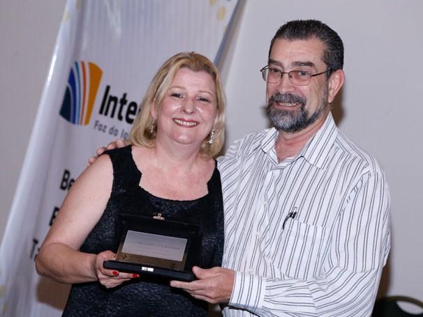 Maria Cristina Gobbi recebe o Prêmio Luiz Beltrão do ex-presidente da Intercom, Antônio Hohlfeldt (Foto: Nilton Acássio)