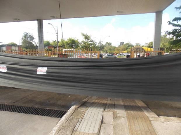 Servidores colocaram faixas pretas em torno do segundo portão da UFPA. (Foto: Divulgação/Sindtifes)