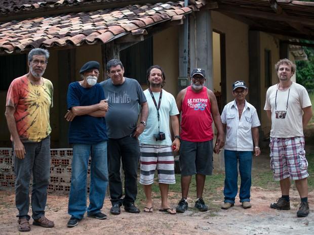 Rogério Duarte [o segundo, da esquerda para a direita] ao lado de Walter Lima [o terceiro, da esquerda para a direita], durante as filmagens do documentário Tropikaolista (Foto: Divulgação)