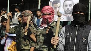 Mascarados, palestinos celebram ataque a sinagoga  (Foto: Reuters)