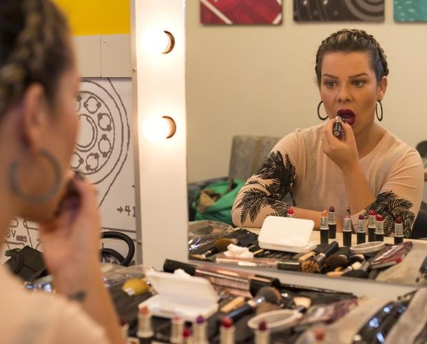 Fernanda Souza: craque em passar o próprio batom (Foto: Camila Serejo / Gshow)