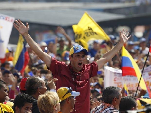 Henrique Capriles saúda partidários em comício em Caracas (Foto: AP Photo/Ariana Cubillos)