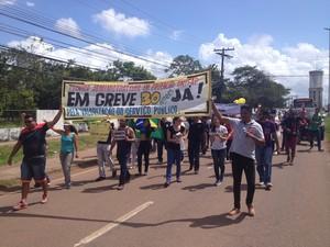Manifesto interditou de forma parcial uma das pistas da JK, em Macapá (Foto: John Pacheco/G1)
