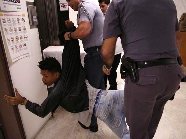 Estudante é detido durante protesto em reunião da CPI da Merenda, na Assembleia Legislativa de São Paulo (SP). CPI vai apurar a suspeita de fraudes no fornecimento de alimentos para escolas estaduais (Foto: Renato S. Cerqueira/Futura Press/Estadão Conteúdo)