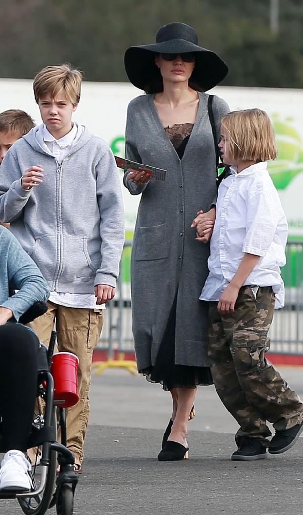 Angelina Jolie passeia com os filhos e Shiloh chama ...