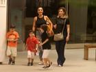 De barriga de fora, Juliana Paes passeia com filhos em shopping