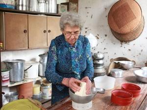 Turistas podem participar da produção de queijo canastra (Foto: Daniela Labonia/Divulgação)