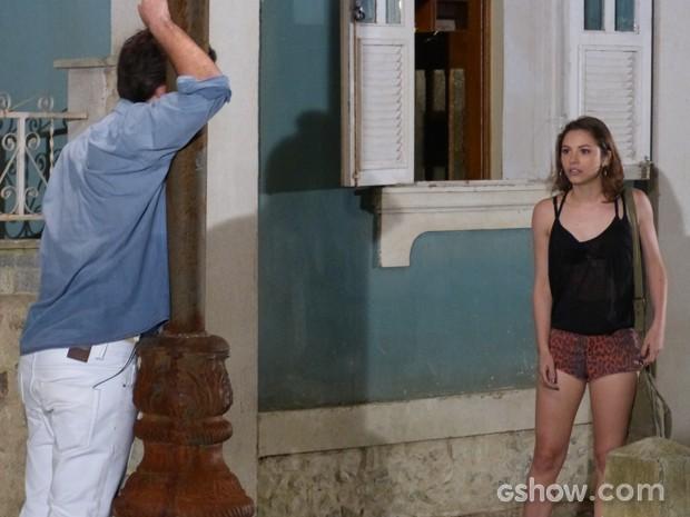 Micaela fica desesperada ao ver Martin passando mal (Foto: Malhação / TV Globo)