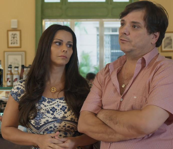Edith, ao lado do marido, Nelson, conta a Gui sobre o beijo que ele deu em Júlia (Foto: TV Globo)