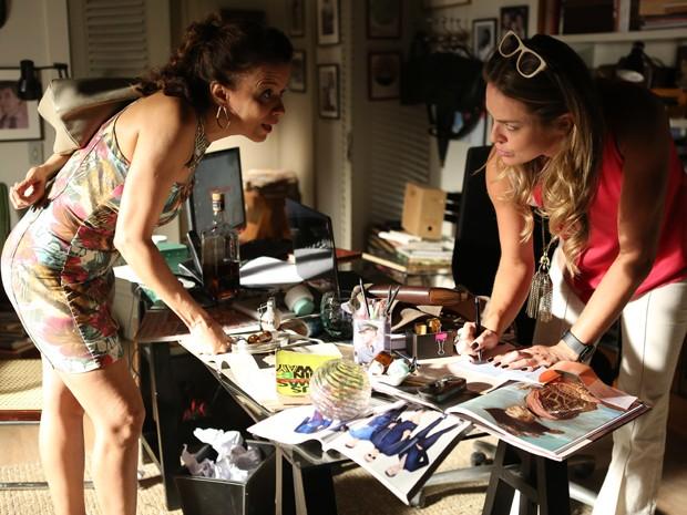 Lorraine recebe cheque de Érika (Foto: Pedro Curi/ Gshow)