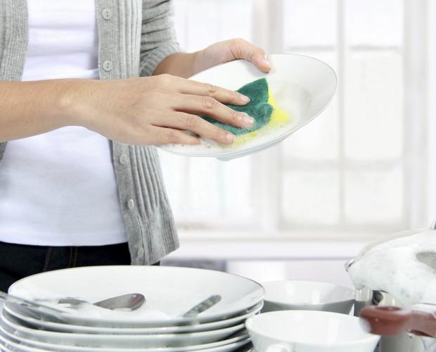 Mulheres acumulam tarefas domésticas  (Foto: Thinkstock)