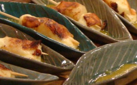 Espetinho de bacalhau e camarão com molho de abacaxi