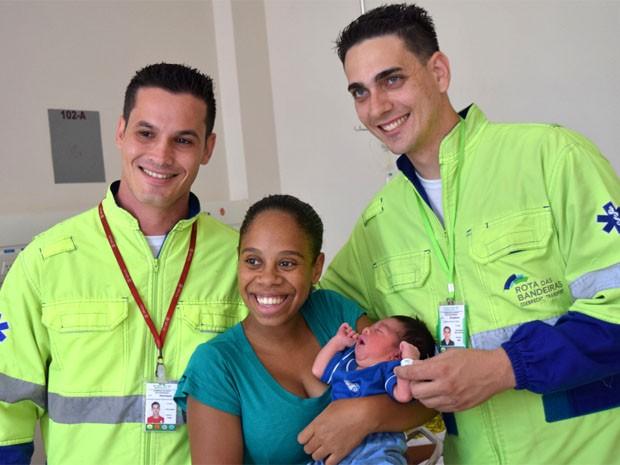 Socorristas em visita à Cristiane e ao bebê que eles ajudaram a nascer em Campinas (Foto: Divulgação / Rota das Bandeiras)
